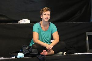 Teaterpedagog Maria Gustafsson följer teaterungdomarna och kommer ofta med tips under repetitionerna.