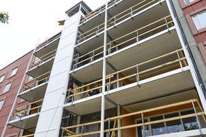 Det nya hiss- och balkongsystemet anpassar fastigheten så de äldre lättare kan komma ut i friska luften.