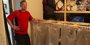 Fredrik Hermansson har byggt en egen återvinningsstation på hjul som står i familjens källare.