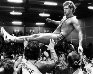 Frank Andersson hissas upp i luften av sina landslagskamrater efter att ha tagit EM-guld i 90 kg grekisk-romersk stil vid Europamästerskapen i brottning i Göteborg 1981