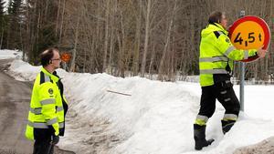 Efter den snörika vintern sätter vårfloden in och grusvägarna börjar bli geggiga och gropiga. Därför stoppas den tunga trafiken, här sätter Thure Järlehag, arbetsledare upp en skylt med max totalvikt, 4,5 ton, på en av grusvägarna i kommunen.  Glenn Mattsson, trafikingenjör, hjälper till.