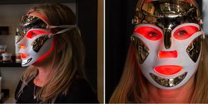 Masken använder bland annat infrarött ljus för att dämpa akne och inflammationer.