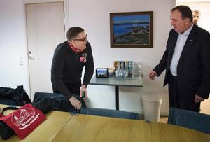 Sjukvårdspartiets Mathias Westin har lyft de socialdemokratiska nedskärningarna inom vården i Ångermanland till statsminister Stefan Löfven (S). Foto: Izabelle Nordfjell / TT