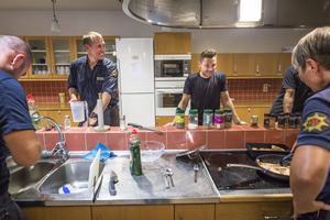 På helgerna lagar brandmännen middag ihop, för att få lite helgstämning trots att de jobbar.