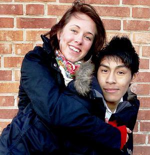 Kära. Sanna Rosell och Victor Löv har varit ett par i några månader. De tror att man lättare blir förälskad på våren.