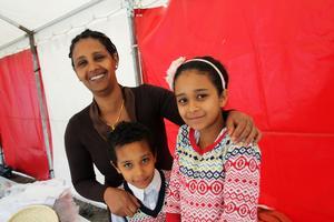Norbergsbon Saba Gonet, med barnen Senai och Linda, visade upp mat från hemlandet Eritrea.