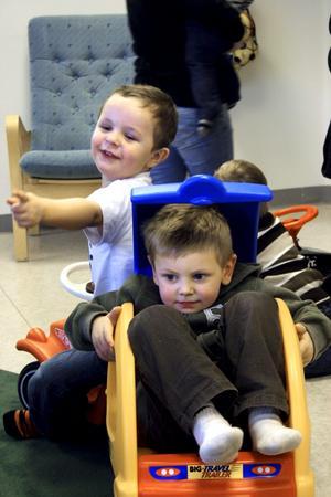 Bland annat Elliot Lövkvists och Rasmus Gustafssons lek invigde Familjecentralens nya lokaler.BILD: JESSICA UHLIN