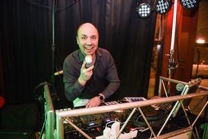 Discjockeyn Johnny Helenius brukar normalt styra musiken under Runt 50-kvällar – men inte denna gång.