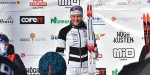 En lycklig Tilde Bångman överst på prispallen efter masstarten.