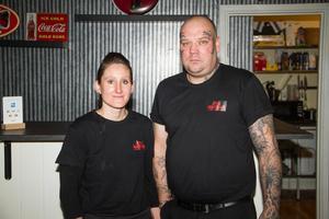 Theresa Dalman och Jimmy Saarinen har öppnat den nya restaurangen JT:s matbar i Skinnskatteberg.
