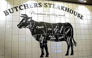 Det är  svårt att missförstå konceptet när man kommer in i restauranglokalen och möts av den stora tjuren med styckdetaljer uppritade.