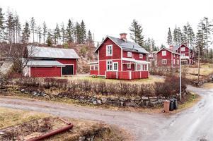Tvåplanshus i Linghed. På tomten finns lada/förråd, vedförråd och stor carport med plats för 2 bilar. Foto: Kristofer Skogh.