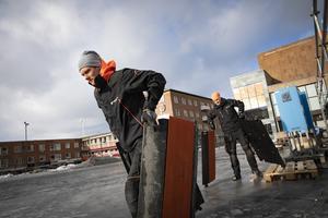 Erik Andersson och Johan Pettersson drar fram elen till spegeltältet.