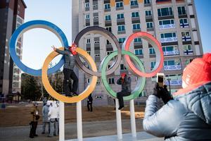 Tyska atleter passade på att klättra upp i OS-ringarna. Foto: Petter Arvidson (Bildbyrån).