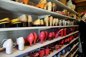 Rader och åter rader vintageskor sorterade efter färg hos Lata Pigan.