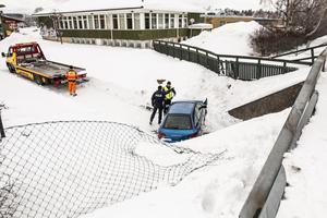 Efter en luftfärd tog bilen slutligen mark, på den nedanför belägna gång- och cykelvägen.