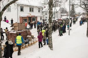 Människor samlades längs med Dalgatan för att se det stora sarkofagdraget.