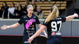Där satt den! Jessica Carlsson i en van situation. Förra säsongen gjorde hon 38 poäng, varav 26 mål. Här gratuleras hon av Lovisa Andersson. Foto: Stefan Lindgren.