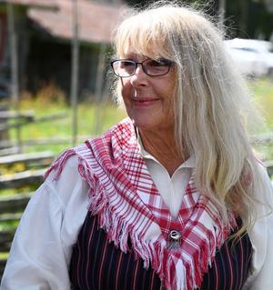 Margaretha Mattsson, spelledare för Vikarbyns lilla spelmanslag. Hennes dräkt är från Orsa finnmark där föräldrarna bodde. Foto: Lage Wæhler