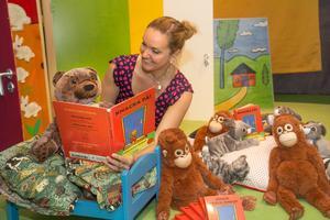 I sommar kan man läsa, leka, pyssla och måla i Konsthallens utställning Knacka på!