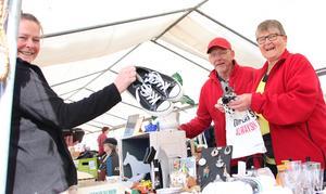 Sussi Lodén (till vänster) tycker att gympaskorna är ett fynd. På andra sidan bordet: Hasse Gustavsson och Birgitta Eden från Ludvika.