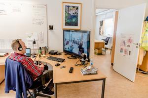 Kanske är tiden mogen för fjärrundervisning även i Norrtäljes skolor, men man kan aldrig veta. Visserligen är vi sverigedemokrater konservativa på flera sätt, men vi tycker faktiskt att man ska ta till sig ny teknik och inte säga nej bara för att det är nytt, skriver Sune Rehnberg, Christer Sundqvist och Ingmar Ögren. Foto: Carl-Johan Utsi, TT.