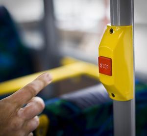 Att hela helgutbudet på linje 50 och 202 försvinner är mycket illa och vi tycker att beslutet är helt fel, skriver debattförfattarna. Foto: Tobias Welander/Arkiv