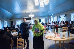 En strålande glad Nada Suleiman fick rungande applåder under terminsavslutningen i Storstugan. Som första kursdeltagare lämnar hon nu den allmänna kursen med slutomdöme.