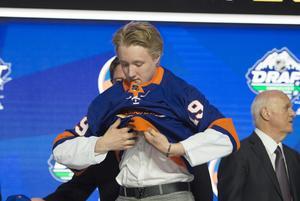 En barndomsdröm blev sann! HV71:s lovande forwardstalang Simon Holmström valdes av New York Islanders redan i den första rundan i helgens NHL-draft.