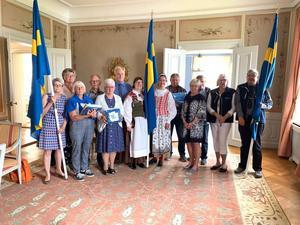 Föreningsrepresentanter som erhållit fanor och flaggor. Här tillsammans med landshövdingen.