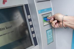 Polisen rekommenderar semesterfirare att ha ett speciellt bankkort som bara innehåller pengar man behöver vid utomlandsvistelser. Bild: TT