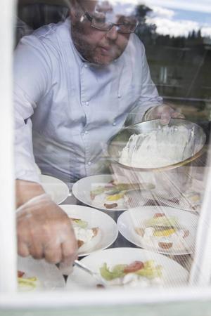 Hans-Ove Sandin förbereder toast Skagen.