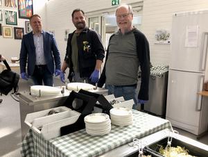 Tunabyggens personal hjälper till i Forssaklackskolans matsal.Från vänster: Jörgen Olsson, vd, Ari Perdén, fastighetsvärd, och Kenneth Persson, styrelseordförande.Foto: Simon Berglund, Tunabyggen