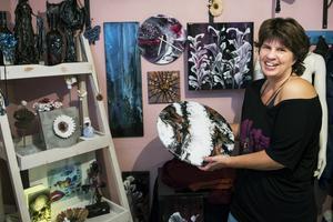 I källaren i hemmet i Bergforsen skapar Helena Henriksdotter konst av olika slag.