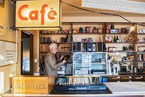Bakom den gamla kaféskylten finns Chris alla jazzskivor.