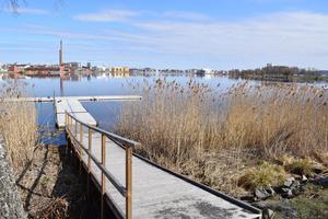 Vi delar inte synen om att kommunen inte vill satsa och utveckla vid sjönära, attraktiva platser som Södra Munksjön, skriver Koalitionen i Jönköping.