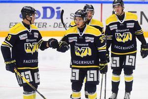 Max Wennlund, i mitten, gjorde mål i mötet med Oskarshamn i lördags. Nu kommer forwarden att missa ett antal veckors spel på grund av skada.
