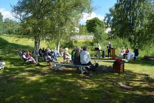 Gudstjänstdeltagarna vid friluftsgudstjänsten på udden vid Storsjöns strand.