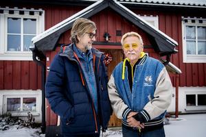 Göran Lindström (till höger) från Bergeforsen lämnade sin bilverkstad för att bli volontär och jobba med föräldralösa gepardungar i Namibia. Nu har dokumentärfilmaren Dag Jonzon från Söråker gjort en film om honom.