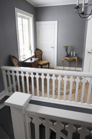 Övervåningen hade inte används som boyta sedan 30-talet men Anna Maria och Rickard har nu inrett badrum, hall och sitt sovrum. Tv-rum är nästa projekt.