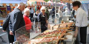 International Food Festival har startat på Stora torget för tionde året i rad. Den består av ett 20-tal stånd och drivs av sammanlagt bortåt 80 personer som turnerar runt i Sverige under sommarhalvåret.