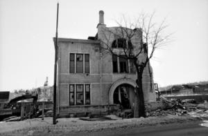 En sista glimt av den i jugendstil utförda entrén till den stolta byggnaden, Lönnen 7, uppförd 1904.