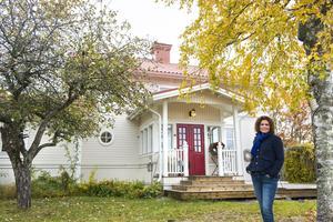 Anlo står framför huset en härlig höstdag i november.