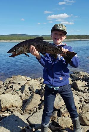 Emil Andersson fick en öring som var 67 centimeter lång och vägde 2,6 kilo när han fiskade i Lossen.