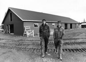 1981 beskrevs Föllinge som en by med framtidstro. ÖP berättade om Lars-Göran Jonsson och Olle Olsen som byggde hyvleri och såghus åt det egna företaget.