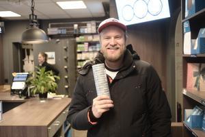 Magnus Kummervold från Trondheim sparar pengar genom att åka över gränsen och handla snus.