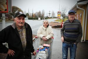 Sture Sjödin, Anita Sjödin och Bo Östman bor alla i Nordingråvallen och är eniga om att både ett seniorboende och en vårdcentral vore ett lyft för orten.