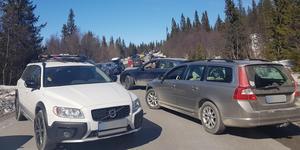 Så här såg det ut längs vägen upp till Ullådalen – där parkeringskaoset orsakade bilköer under påskafton.
