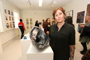 Mina Almroth är en av eleverna som just nu visar upp sina alster i Kumlas skoindustrimuseum. Hon ställer bland annat ut den här skulpturen i gips.