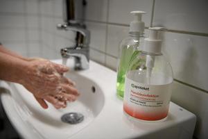 Enligt en anmälan tvättar personal vid hemtjänsten inte händerna vid hembesök.